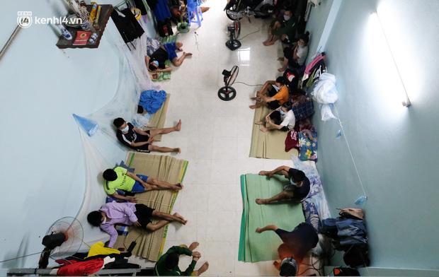 Những công nhân xây dựng mắc kẹt trong các phòng trọ chật hẹp ở Hà Nội: Chỉ biết làm bạn với bức tường, ăn mì tôm qua ngày - Ảnh 1.