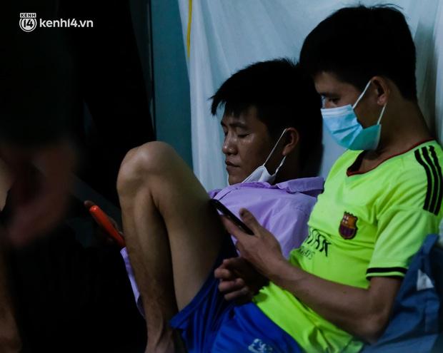Những công nhân xây dựng mắc kẹt trong các phòng trọ chật hẹp ở Hà Nội: Chỉ biết làm bạn với bức tường, ăn mì tôm qua ngày - Ảnh 5.