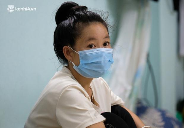 Những công nhân xây dựng mắc kẹt trong các phòng trọ chật hẹp ở Hà Nội: Chỉ biết làm bạn với bức tường, ăn mì tôm qua ngày - Ảnh 6.