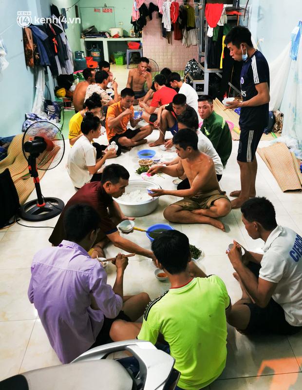 Những công nhân xây dựng mắc kẹt trong các phòng trọ chật hẹp ở Hà Nội: Chỉ biết làm bạn với bức tường, ăn mì tôm qua ngày - Ảnh 4.