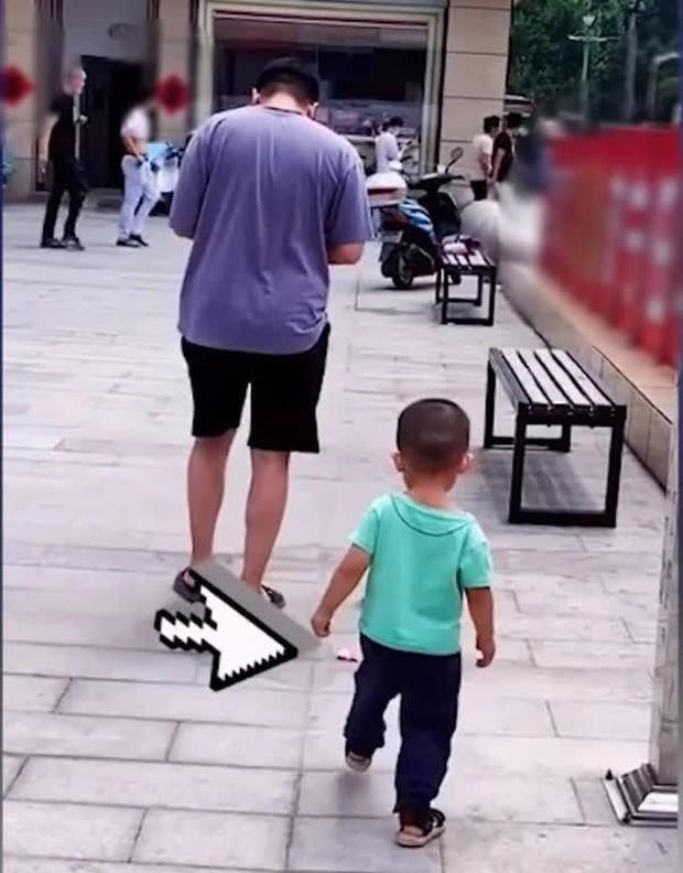 Bố cố tình đánh rơi tiền để thử lòng con trai, ai ngờ cậu bé không nhặt, làm 1 việc khiến bố tẽn tò - Ảnh 1.
