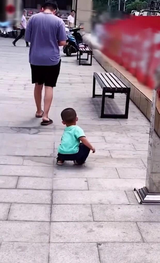 Bố cố tình đánh rơi tiền để thử lòng con trai, ai ngờ cậu bé không nhặt, làm 1 việc khiến bố tẽn tò - Ảnh 2.
