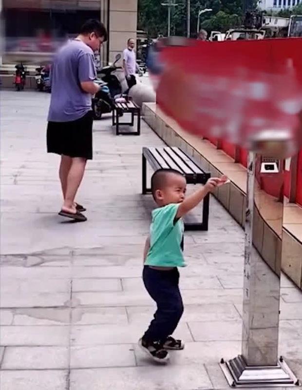Bố cố tình đánh rơi tiền để thử lòng con trai, ai ngờ cậu bé không nhặt, làm 1 việc khiến bố tẽn tò - Ảnh 3.
