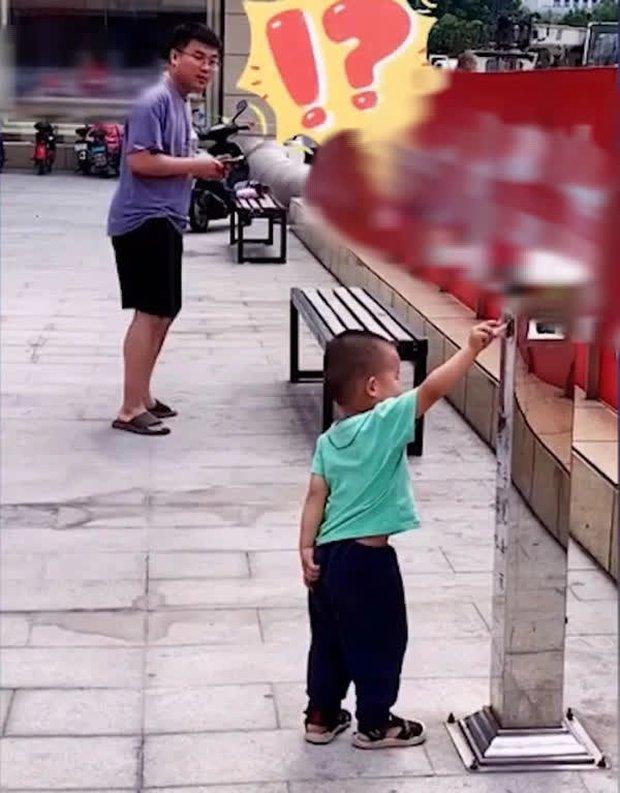 Bố cố tình đánh rơi tiền để thử lòng con trai, ai ngờ cậu bé không nhặt, làm 1 việc khiến bố tẽn tò - Ảnh 4.