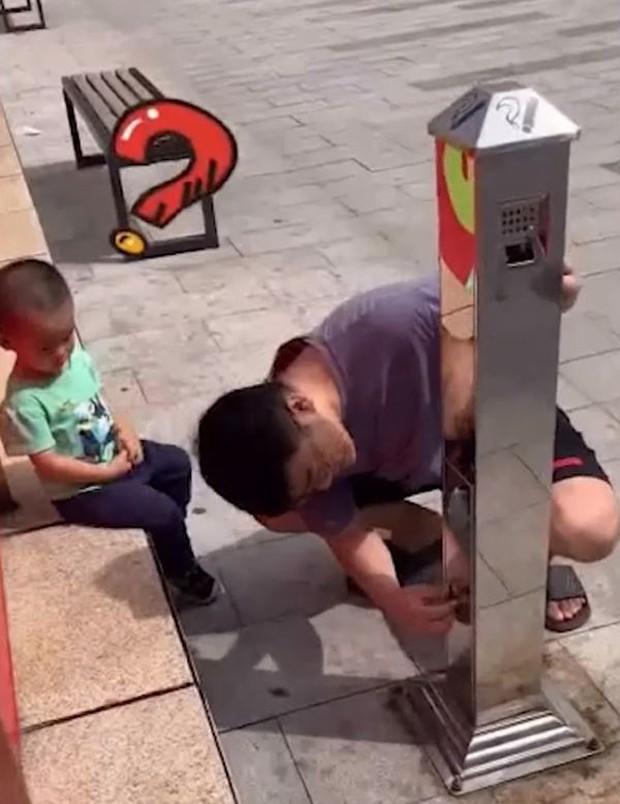 Bố cố tình đánh rơi tiền để thử lòng con trai, ai ngờ cậu bé không nhặt, làm 1 việc khiến bố tẽn tò - Ảnh 5.