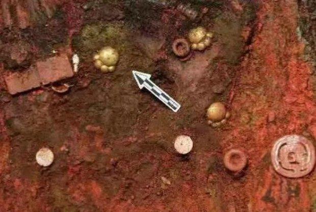 Khai quật lăng mộ, đội khảo cổ đào được 5 miếng trang sức hình chân mèo 2700 tuổi bằng vàng ròng siêu đáng yêu - Ảnh 1.