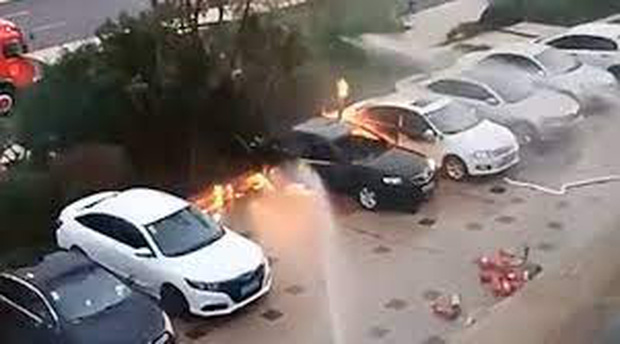 Ô tô đột nhiên bốc cháy khi đang đậu trong bãi xe khiến 2 mẹ con mắc kẹt bên trong tử vong - Ảnh 3.
