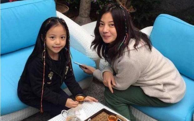 Truyền thông Hong Kong tiết lộ tình hình con gái Triệu Vy giữa scandal phong sát, con riêng của chồng hiện đang ra sao? - Ảnh 2.
