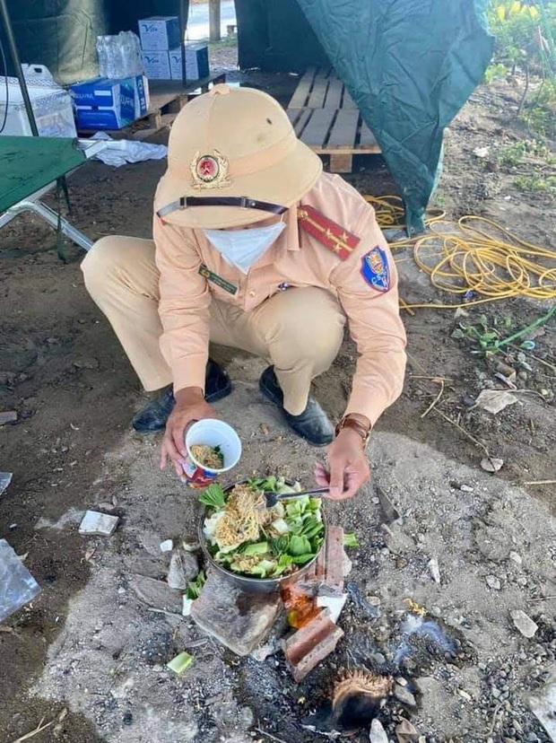 Bát mì trộn toàn rau của chiến sĩ CSGT cùng chiếc bếp tự chế tại chốt khiến nhiều người rưng rưng - Ảnh 1.