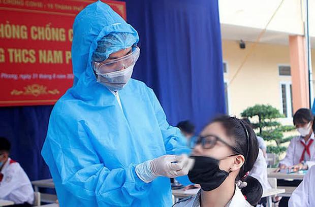 Nhiều giáo viên mắc Covid-19, một huyện ở Nam Định hoãn ngày tựu trường - Ảnh 1.