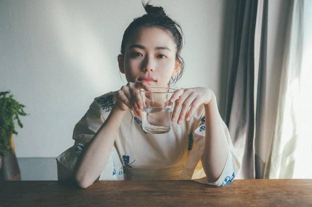 5 thói quen uống nước dễ gây lão hóa hơn cả thức khuya, đặc biệt là 3 cái đầu tiên ít ai tránh khỏi - Ảnh 1.
