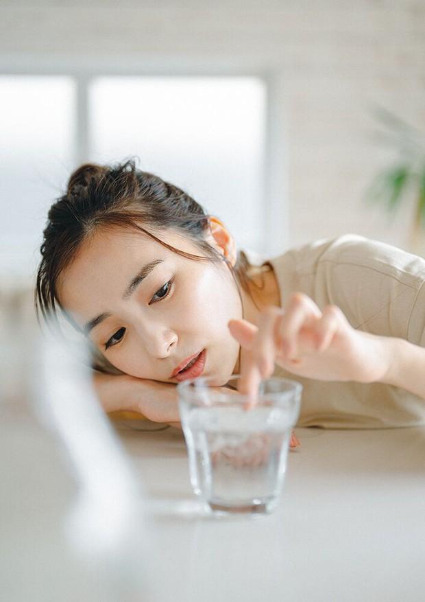 5 thói quen uống nước dễ gây lão hóa hơn cả thức khuya, đặc biệt là 3 cái đầu tiên ít ai tránh khỏi - Ảnh 2.