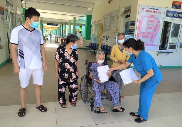 Bệnh nhân 101 tuổi nhiễm Covid-19 từng phải thở máy ở Đà Nẵng được xuất viện: Cảm ơn các bác sĩ đã cứu sống tôi - Ảnh 1.