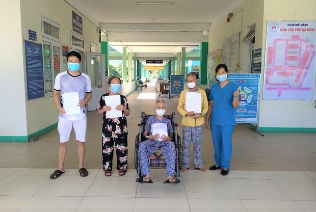 Bệnh nhân 101 tuổi nhiễm Covid-19 từng phải thở máy ở Đà Nẵng được xuất viện: Cảm ơn các bác sĩ đã cứu sống tôi - Ảnh 2.