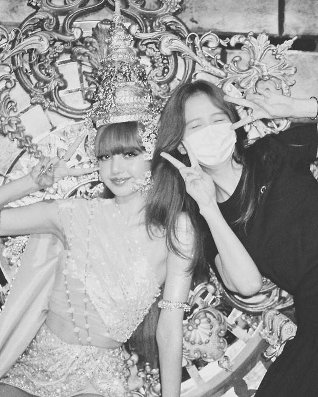 Hội seeder BLACKPINK xuất kích PR cho Lisa: Jisoo đăng ảnh hậu trường đẹp xỉu, Jennie - Rosé cũng rất đúng giờ, còn nhanh hơn chính chủ! - Ảnh 14.