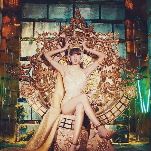 Lisa thu phục lòng dân với tạo hình công chúa Thái: Phục sức lẫn makeup đều ở cái tầm! - Ảnh 1.
