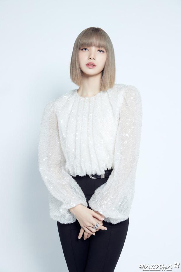 Lisa (BLACKPINK) bùng nổ visual ở họp báo debut solo: Màu tóc lạ như búp bê sống, kín mít mà 1 bộ phận cực phẩm vẫn gây choáng - Ảnh 2.