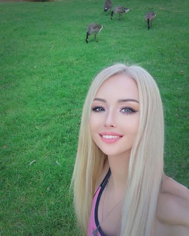 """""""Barbie đời thực nước Nga"""" từng gây tranh cãi bàn tán vì trông giống búp bê đến khó tin và mặt mộc khác lạ khi không make-up - Ảnh 7."""