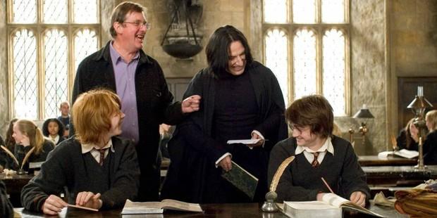 6 bí mật hậu trường mất hình tượng của Harry Potter: Daniel Radcliffe quay phim mà say rượu, drama giựt chồng của sao nữ quá căng! - Ảnh 7.