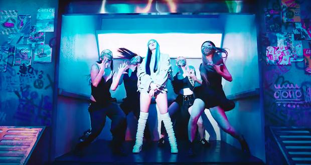 Lisa mở cả sàn diễn thời trang trong MV solo, YG đầu tư mạnh tay vượt mặt Rosé nhưng so với Jennie vẫn thua? - Ảnh 4.