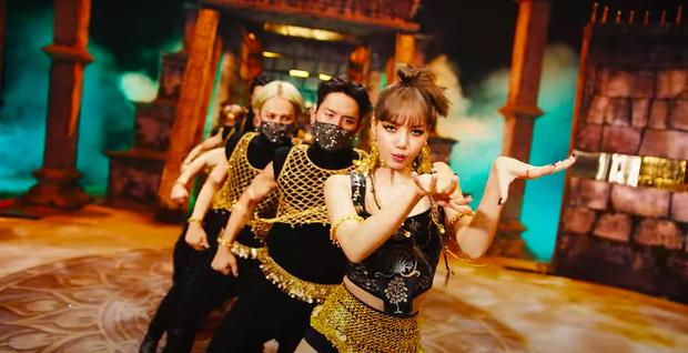 Lisa mở cả sàn diễn thời trang trong MV solo, YG đầu tư mạnh tay vượt mặt Rosé nhưng so với Jennie vẫn thua? - Ảnh 14.