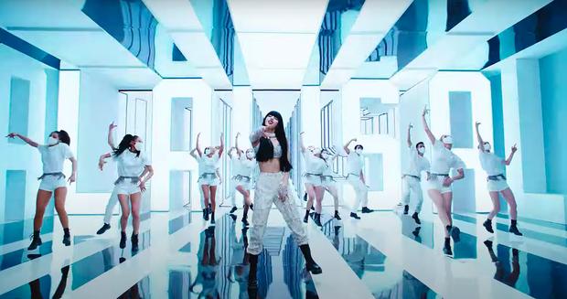 Lisa mở cả sàn diễn thời trang trong MV solo, YG đầu tư mạnh tay vượt mặt Rosé nhưng so với Jennie vẫn thua? - Ảnh 7.