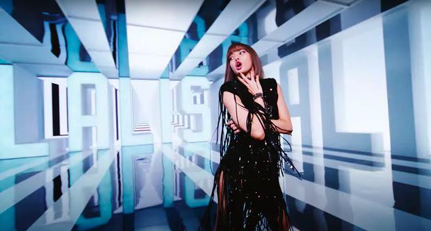 Lisa mở cả sàn diễn thời trang trong MV solo, YG đầu tư mạnh tay vượt mặt Rosé nhưng so với Jennie vẫn thua? - Ảnh 12.