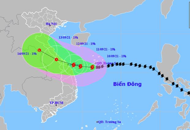 Bão số 5 giật cấp 13 di chuyển nhanh hướng vào đất liền, cảnh báo đợt mưa to đến rất to ở các tỉnh miền Trung - Ảnh 1.