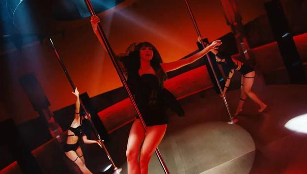 """Lisa biến MV solo thành tiệc visual """"bùng nổ"""" toàn cầu: Múa cột phô diễn body """"cháy mắt"""", đỉnh cao màn lên đồ dân tộc như nữ hoàng - Ảnh 4."""