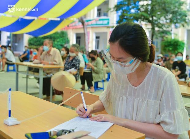 Ảnh: Hàng trăm người dân Hà Nội xếp hàng, tiêm mũi vắc-xin Vero Cell đầu tiên - Ảnh 5.