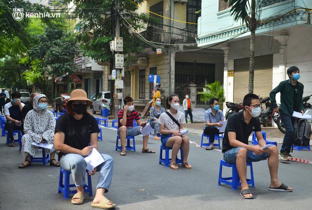 Ảnh: Hàng trăm người dân Hà Nội xếp hàng, tiêm mũi vắc-xin Vero Cell đầu tiên - Ảnh 2.
