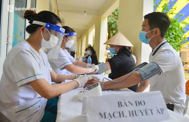 Ảnh: Hàng trăm người dân Hà Nội xếp hàng, tiêm mũi vắc-xin Vero Cell đầu tiên - Ảnh 7.