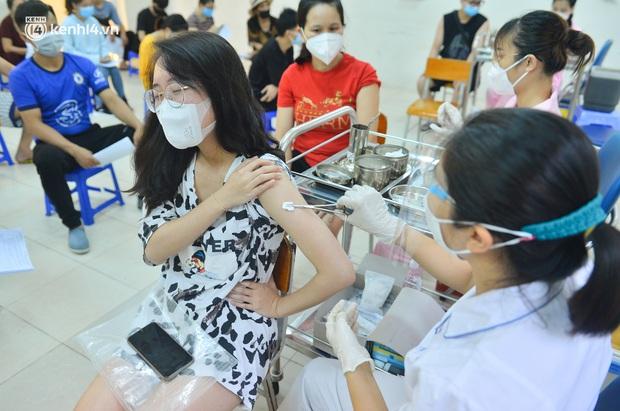 Ảnh: Hàng trăm người dân Hà Nội xếp hàng, tiêm mũi vắc-xin Vero Cell đầu tiên - Ảnh 10.