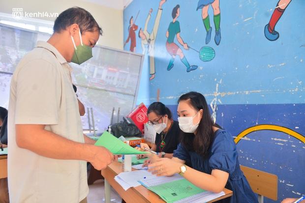 Ảnh: Hàng trăm người dân Hà Nội xếp hàng, tiêm mũi vắc-xin Vero Cell đầu tiên - Ảnh 12.