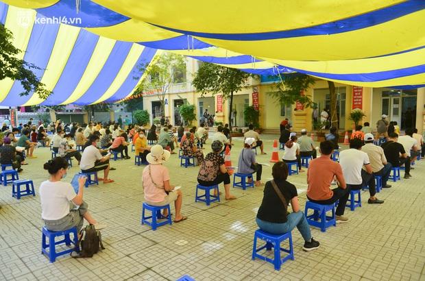 Ảnh: Hàng trăm người dân Hà Nội xếp hàng, tiêm mũi vắc-xin Vero Cell đầu tiên - Ảnh 1.