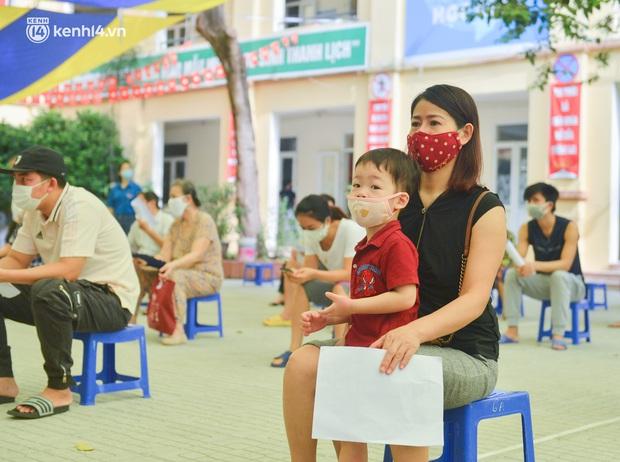 Ảnh: Hàng trăm người dân Hà Nội xếp hàng, tiêm mũi vắc-xin Vero Cell đầu tiên - Ảnh 6.
