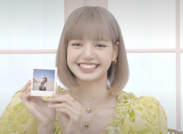Lisa (BLACKPINK) livestream ra mắt solo: Bánh bèo xinh rụng rời, mái tóc tiền tỷ và bộ váy điệu đà tôn trọn vẹn visual - Ảnh 2.