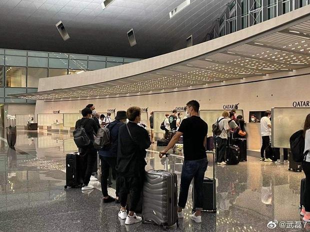 """Không sang Dubai chờ đấu tuyển Việt Nam, tiền đạo của Trung Quốc thừa nhận kém cỏi khi """"gặp riêng"""" tuyển Nhật Bản ở sân bay - Ảnh 1."""