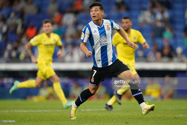 """Không sang Dubai chờ đấu tuyển Việt Nam, tiền đạo của Trung Quốc thừa nhận kém cỏi khi """"gặp riêng"""" tuyển Nhật Bản ở sân bay - Ảnh 2."""