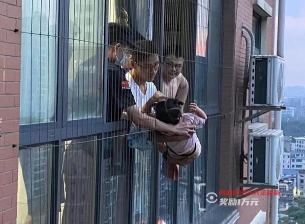 Bé gái 4 tuổi bò từ tầng cửa sổ 20 xuống tầng 18, hình ảnh ghi lại khiến ai cũng bủn rủn tay chân - Ảnh 1.
