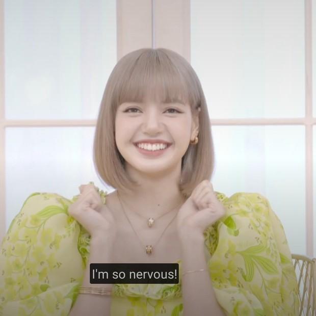 Lisa đắp vàng lên người, visual nổi bần bật trong ngày ra mắt solo, kể chuyện BLACKPINK đến tận phim trường thức tới sáng để ủng hộ - Ảnh 5.
