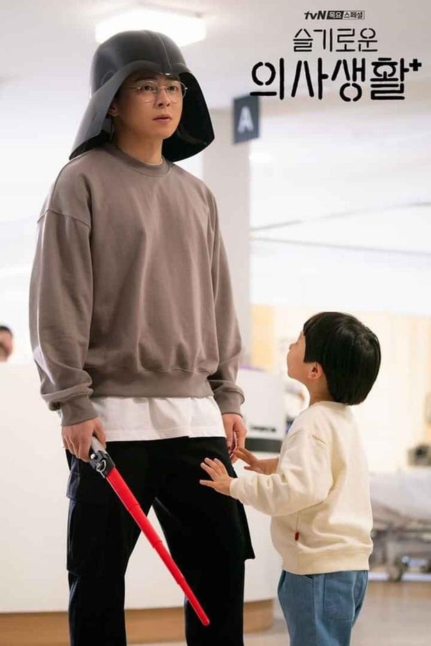Hành trình 20 năm ngọt ngào và day dứt của Ik Jun - Song Hwa ở Hospital Playlist 2: Dù có là friendzone, còn yêu rồi sẽ quay về! - Ảnh 5.