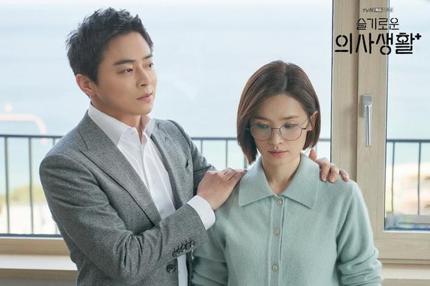 Hành trình 20 năm ngọt ngào và day dứt của Ik Jun - Song Hwa ở Hospital Playlist 2: Dù có là friendzone, còn yêu rồi sẽ quay về! - Ảnh 9.