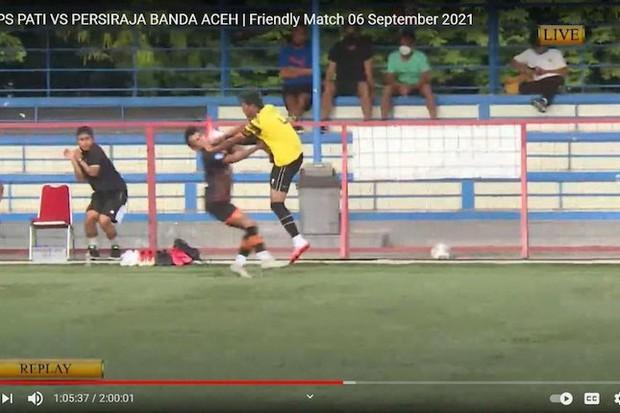 Cầu thủ Indonesia trở thành kẻ thù của dân mạng sau pha vung chân tàn bạo đạp tung mặt đồng nghiệp - Ảnh 1.