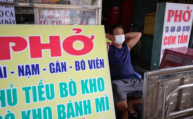 Đồ ăn uống được bán mang về ở TP.HCM: Một tô phở 120 nghìn chưa gồm phí ship thì ai dám mua - Ảnh 1.