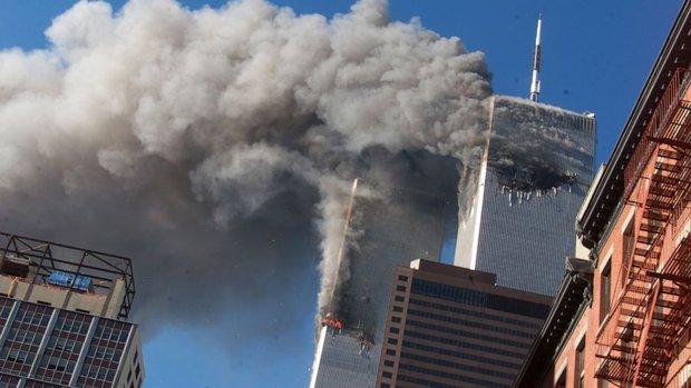 Người đàn ông rơi: Tấm hình ám ảnh cực độ về thảm kịch ngày 11/9 và câu chuyện do nhiếp ảnh gia máu lạnh kể lại - Ảnh 2.