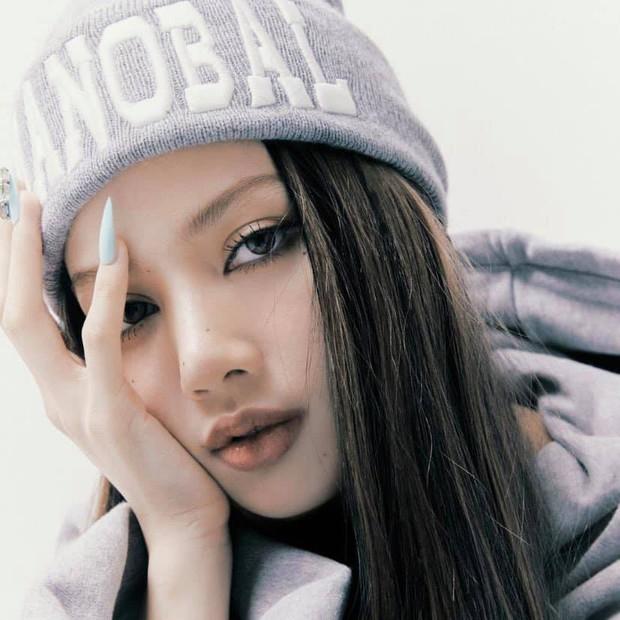 Bộ ảnh với nhiều tạo hình chưa được hé lộ trong MV của Lisa: Tự tin vén mái cực độc đáo, nghi sẽ có thêm MV mới? - Ảnh 2.
