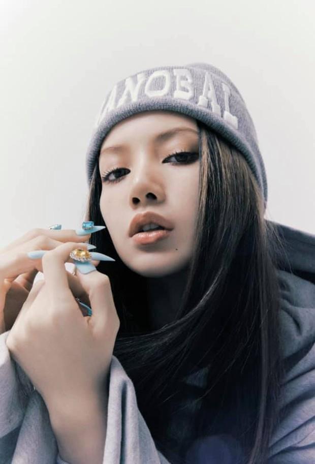 Bộ ảnh với nhiều tạo hình chưa được hé lộ trong MV của Lisa: Tự tin vén mái cực độc đáo, nghi sẽ có thêm MV mới? - Ảnh 3.