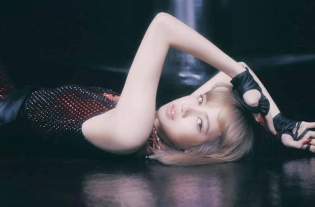 Bộ ảnh với nhiều tạo hình chưa được hé lộ trong MV của Lisa: Tự tin vén mái cực độc đáo, nghi sẽ có thêm MV mới? - Ảnh 11.