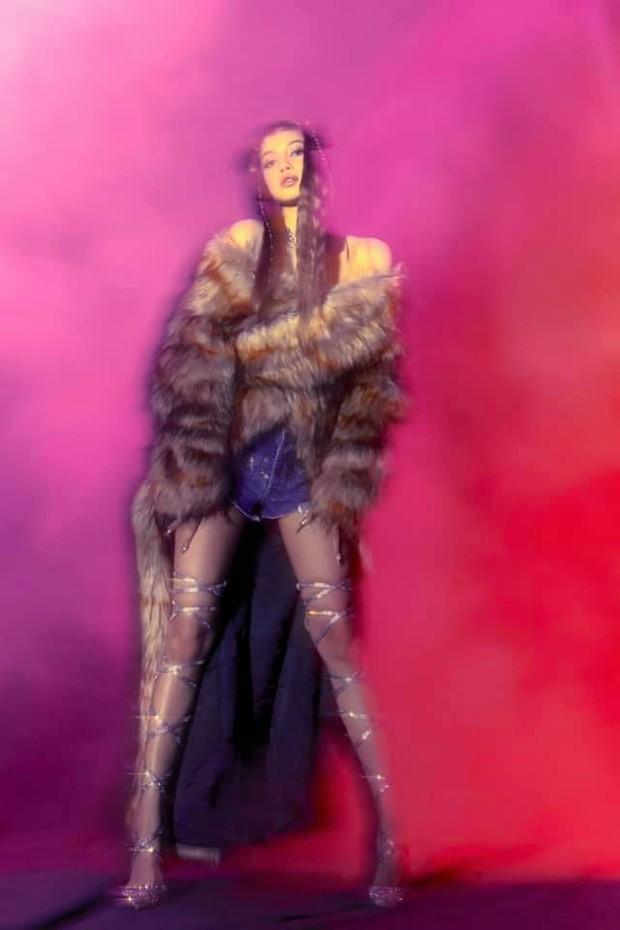 Bộ ảnh với nhiều tạo hình chưa được hé lộ trong MV của Lisa: Tự tin vén mái cực độc đáo, nghi sẽ có thêm MV mới? - Ảnh 6.